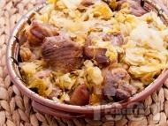 Вкусно печено свинско месо от плешка с кисело зеле в тава на фурна